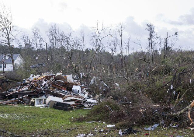 Árvores caídas em Alabama, após tempestades severas em estados do sul dos EUA, 18 de março de 2021