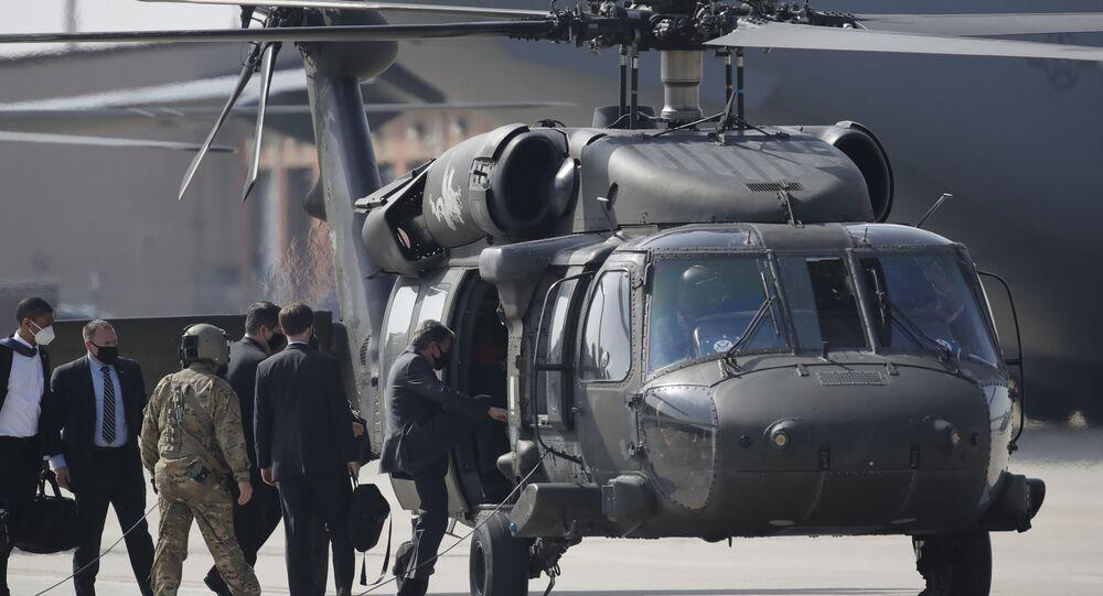 Secretário de Estado dos EUA, Antony Blinken, embarca em um helicóptero após chegar à Base Aérea de Osan em Pyeongtaek, Coreia do Sul,17 de março de 2021