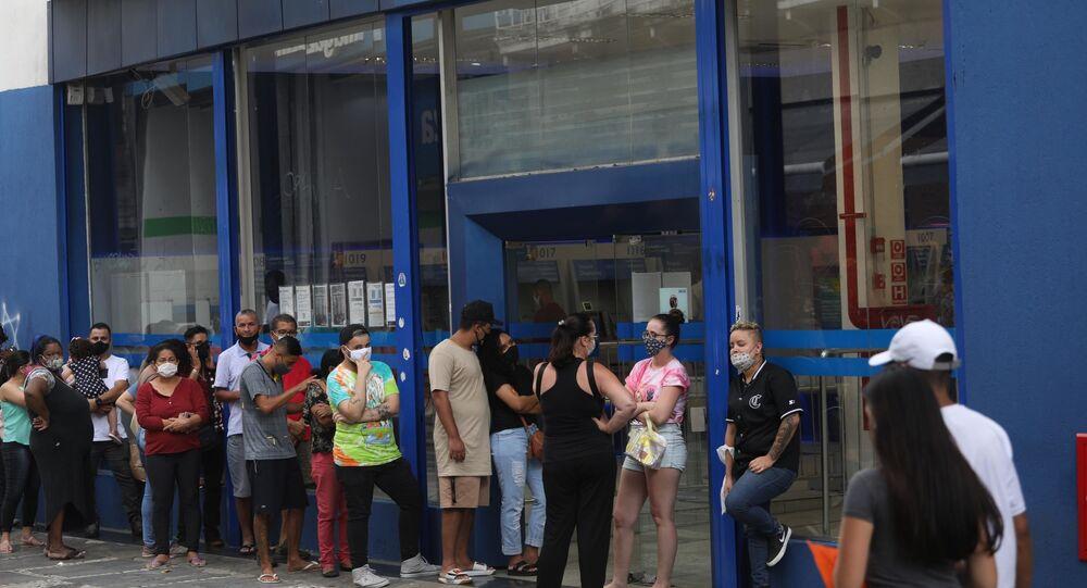 Movimentação em agência da Caixa Econômica Federal, no centro de São Paulo, para saque da última parcela do auxílio emergencial