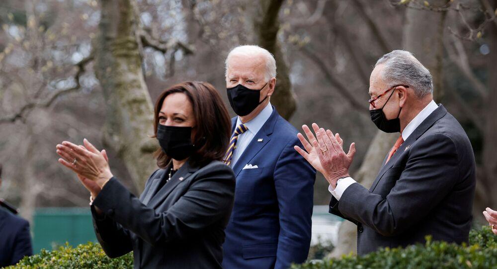 O presidente dos EUA, Joe Biden, é aplaudido pela vice-presidente Kamala Harris e pelo líder da maioria no Senado, Chuck Schumer (D-NY), em Washington, EUA, 12 de março de 2021.