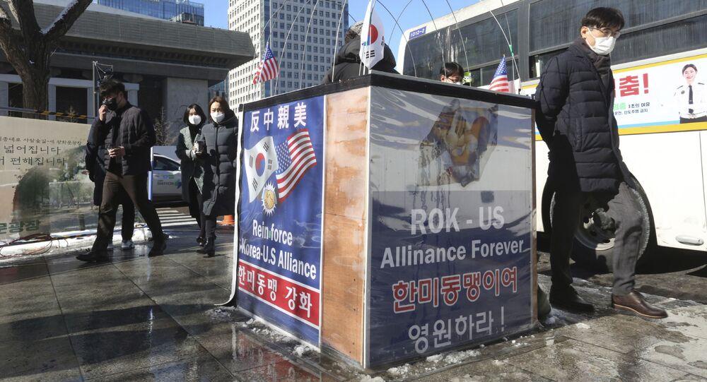 РЕДАКТИРОВАНИЕ ИЛЛЮСТРАЦИИ Cartazes apoiando a aliança entre Estados Unidos e Coreia do Sul perto da embaixada americana em Seul, em 4 de fevereiro de 2021