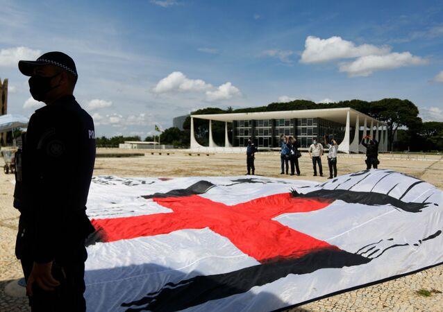 Grupo é detido pela polícia na praça do Três Poderes, em Brasília, ao estender faixa contendo símbolo da suástica e mensagem contra o presidente Bolsonaro