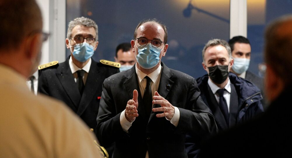O primeiro-ministro francês, Jean Castex, gesticula ao chegar ao hospital La Pitie-Salpetriere, AP-HP para visitar a Unidade de Terapia Intensiva (UTI) em Paris, em 12 de março de 2021.