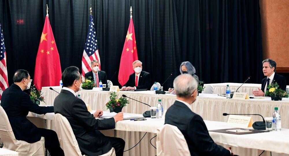 Secretário de Estado dos EUA, Antony Blinken fala enquanto é observado por Yang Jiechi, diretor do Gabinete da Comissão Central de Relações Exteriores, e Wang Yi, ministro das Relações Exteriores, em encontro no Captain Cook Hotel, em Anchorage, Alasca, em 18 de março de 2021
