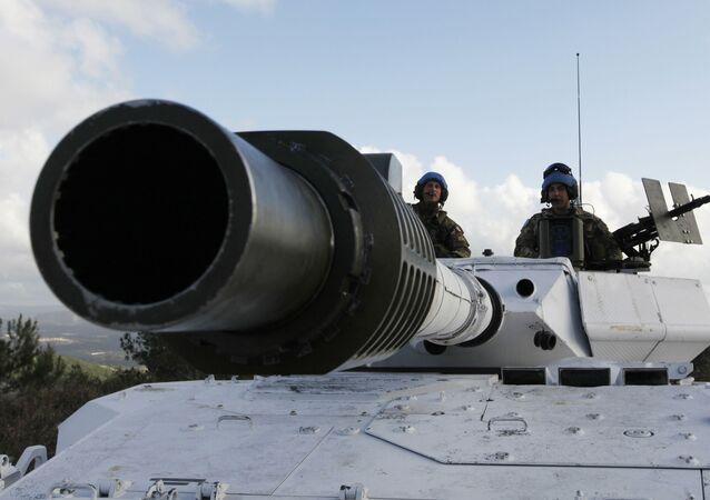 Soldados italianos em um tanque das forças pacificadoras da ONU