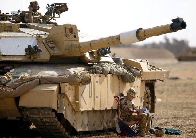 Soldado do regimento britânico Scots Dragoon Guards ao lado de um tanque Challenger 2 em Basra, no sul do Iraque