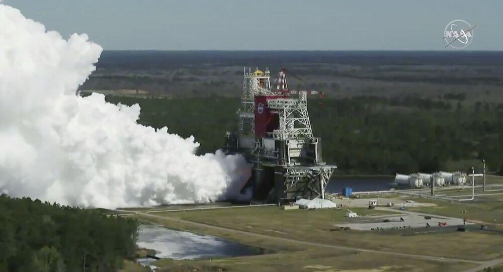 Teste do foguete da NASA para a missão Artemis