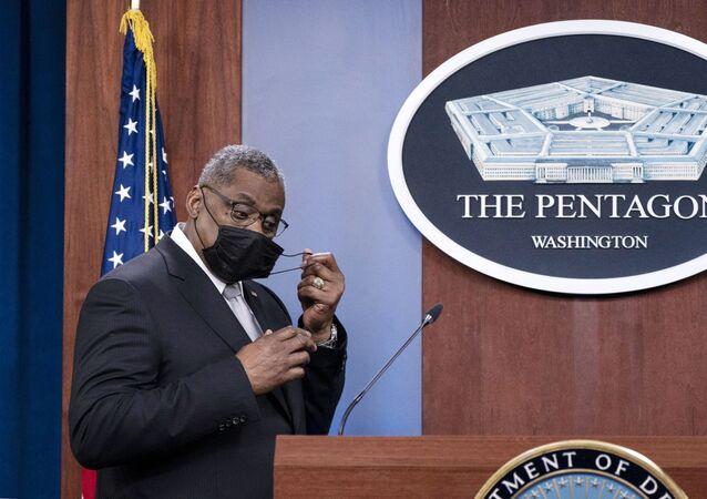 Secretário de Defesa dos EUA, Lloyd Austin, remove sua máscara ao chegar para falar durante uma coletiva de imprensa no Pentágono, em Washington