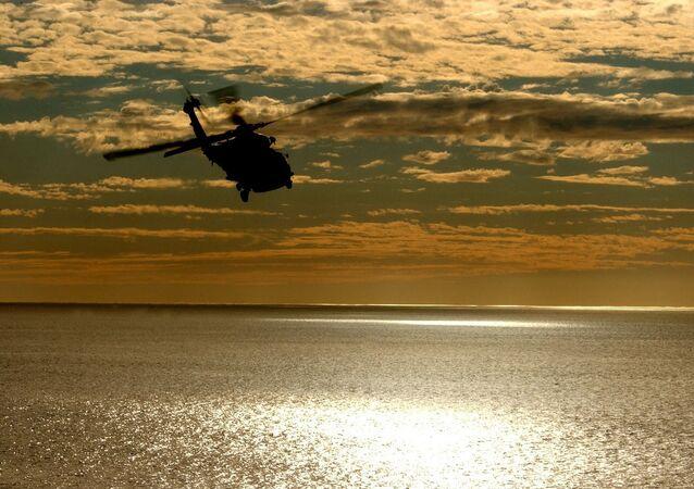 Helicóptero sobrevoando o mar (imagem referencial)