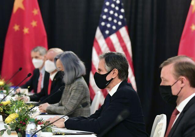 Secretário de Estado, Antony Blinken (segundo a partir da direita), acompanhado pelo conselheiro de segurança nacional, Jake Sullivan, (à direita), ouvindo a essão de abertura dos diálogos EUA-China em Anchorage, Alasca, 18 de março de 2021