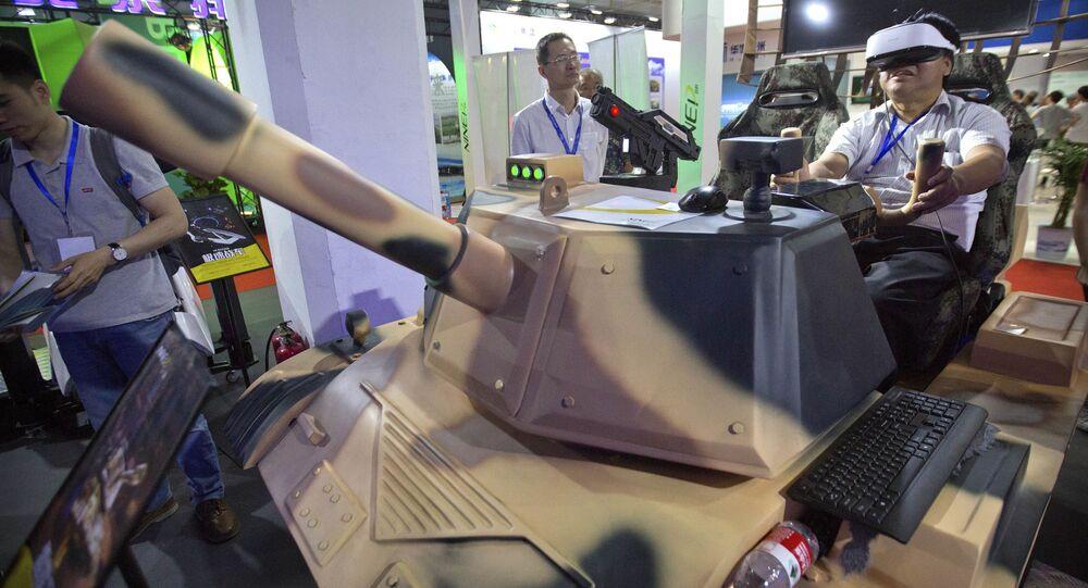 Homem dirige um tanque enquanto joga uma simulação