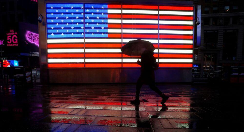 Pessoas caminhando em Times Square em Nova York, EUA, 18 de março de 2021