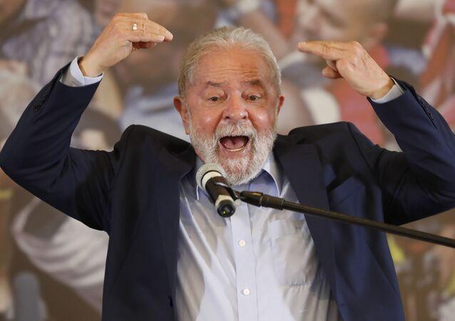 O ex-presidente Luiz Inácio Lula da Silva discursa no Sindicato dos Metalúrgicos, em São Bernardo do Campo.