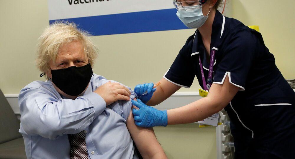 O primeiro-ministro do Reino Unido, Boris Johnson, recebe a primeira dose da vacina de Oxford/AstraZeneca contra a COVID-19 em Londres