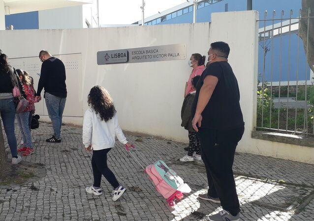 Pais levam os filhos à escola na volta às aulas presenciais para crianças em Portugal, na primeira fase do plano de desconfinamento
