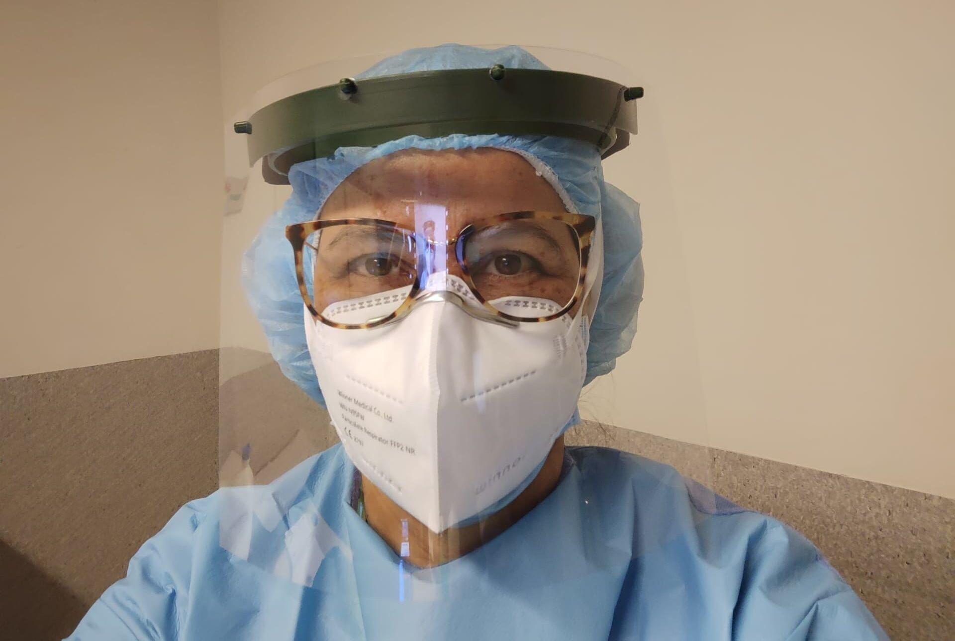 A médica gaúcha Nair Amaral em ação na linha de frente de combate à COVID-19 em Portugal