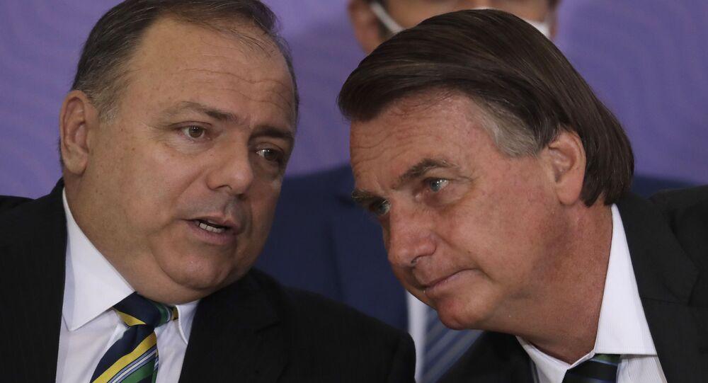 O então ministro da Saúde Eduardo Pazuello e o presidente Jair Bolsonaro, em 16 de dezembro de 2020, em Brasília