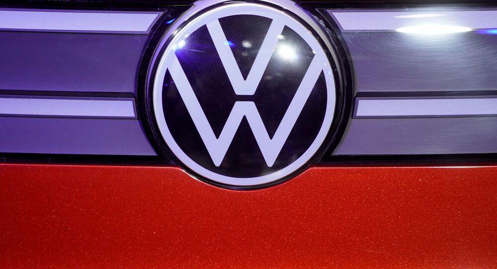 Logo da Volkswagen em um carro da montadora.