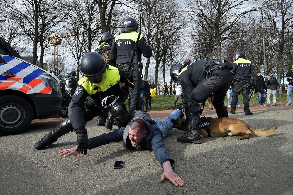 Policiais durante detenção de um manifestante antigovernamental em Haia, Países Baixos