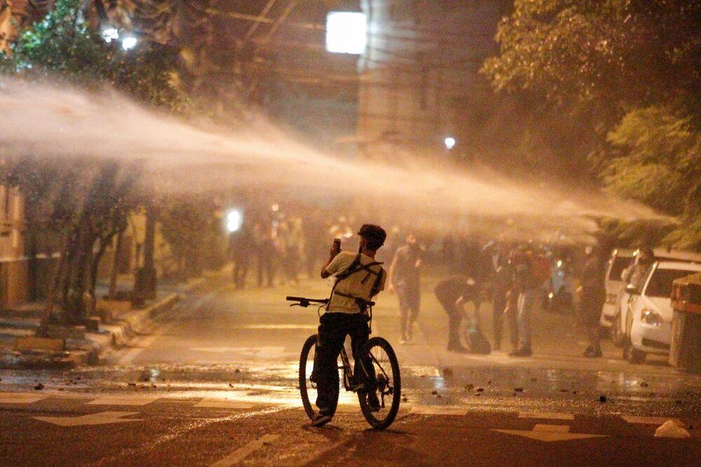 Canhões d'água usados durante uma manifestação em Assunção, Paraguai