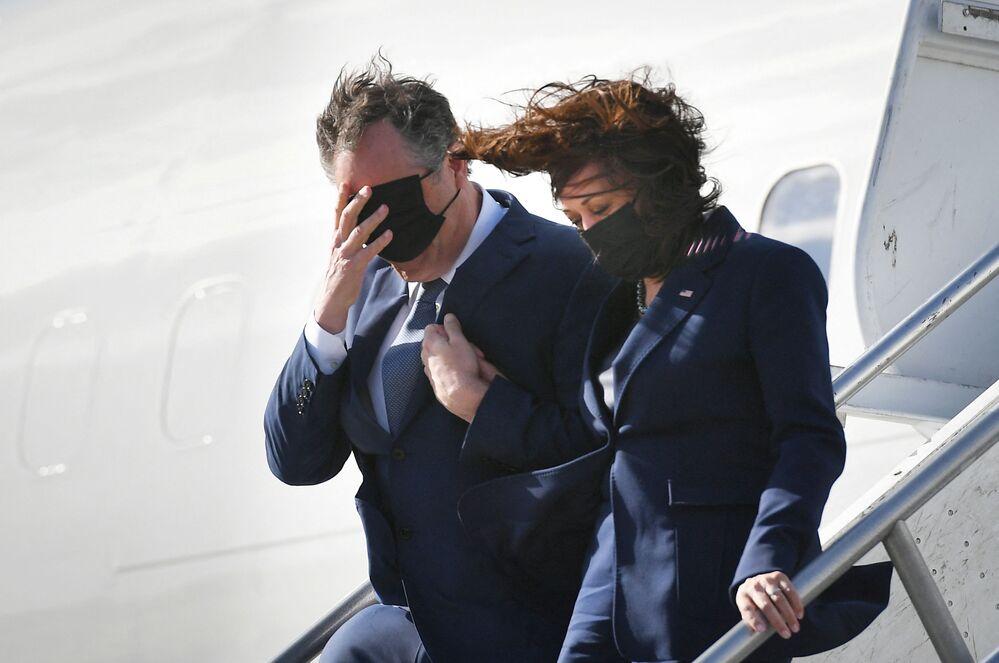 Vice-presidente dos EUA Kamala Harris e seu marido Douglas Emhoff saem do avião no aeroporto de Los Angeles, EUA