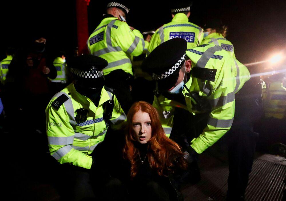 Polícia prende participante de manifestação em memória de Sarah Everard em Clapham, Reino Unido