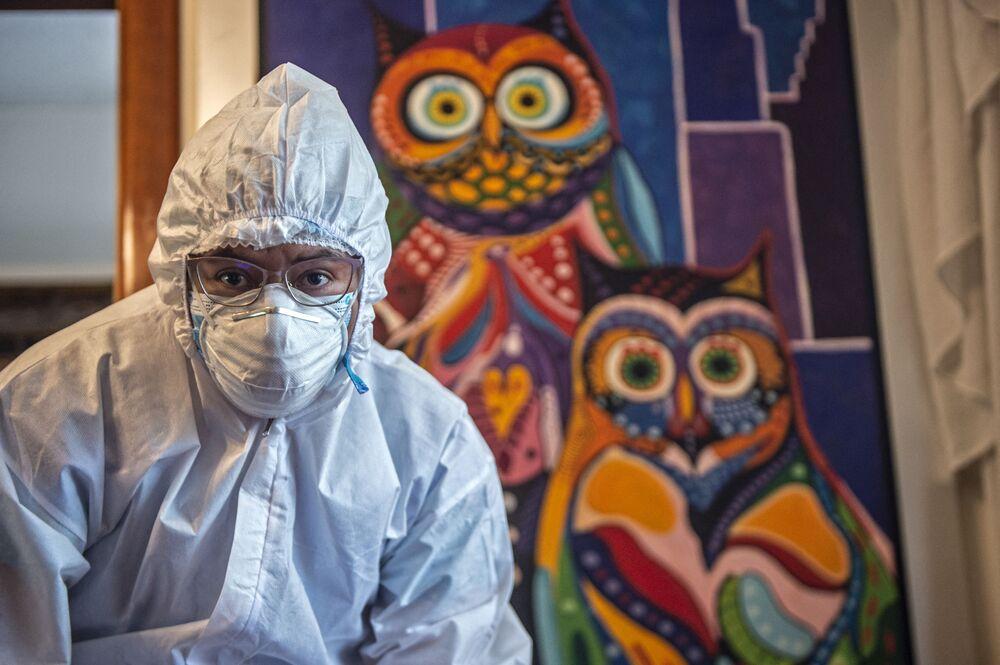 Profissional de saúde faz vacinação no Peru