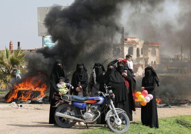 Mulheres em protesto na rodovia M4 na província de Idlib, Síria, 15 de março de 2020