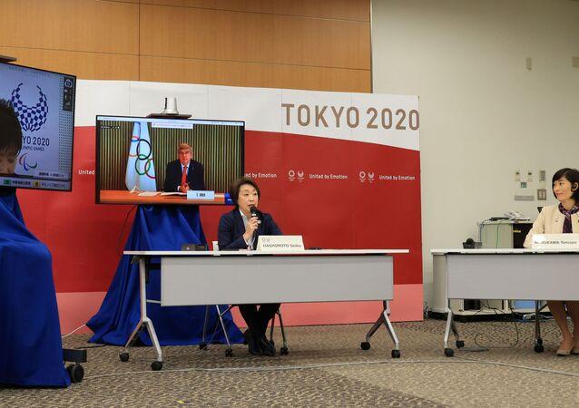 Membros de comitês olímpicos internacionais e do Japão, junto com Yuriko Koike, governadora de Tóquio, em Tóquio, Japão 20 de março de 2021