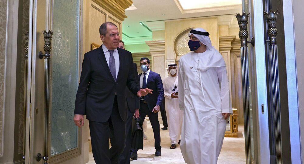 Encontro em Abu Dhabi entre o ministro das Relações Exteriores da Rússia, Sergei Lavrov, e o ministro das Relações Exteriores dos Emirados Árabes Unidos, o xeque Abdullah bin Zayed Al-Nahyan, em 9 de março de 2021