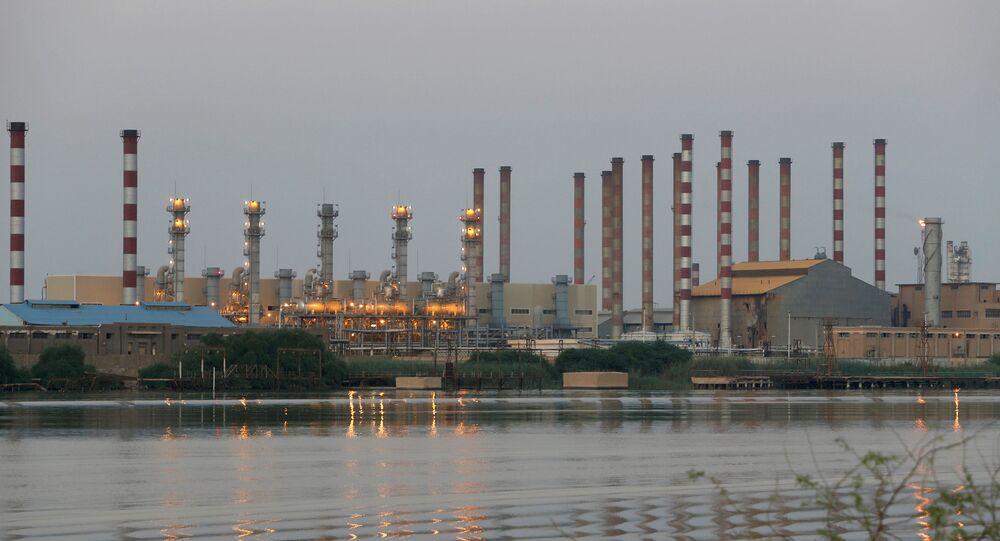 Panorama da refinaria de petróleo Abadan no sudoeste do Irã, vista do lado do Iraque em 21 de setembro de 2019