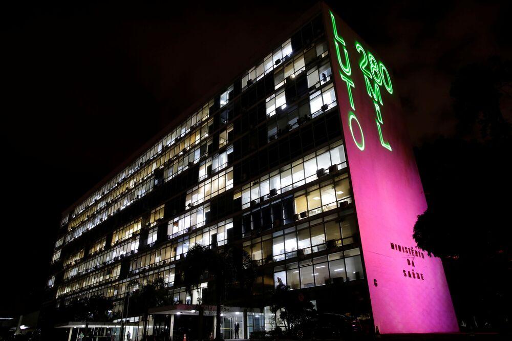 Frase luto, 280 mil mortos é projetada na sede do Ministério da Saúde durante um protesto contra o presidente Jair Bolsonaro