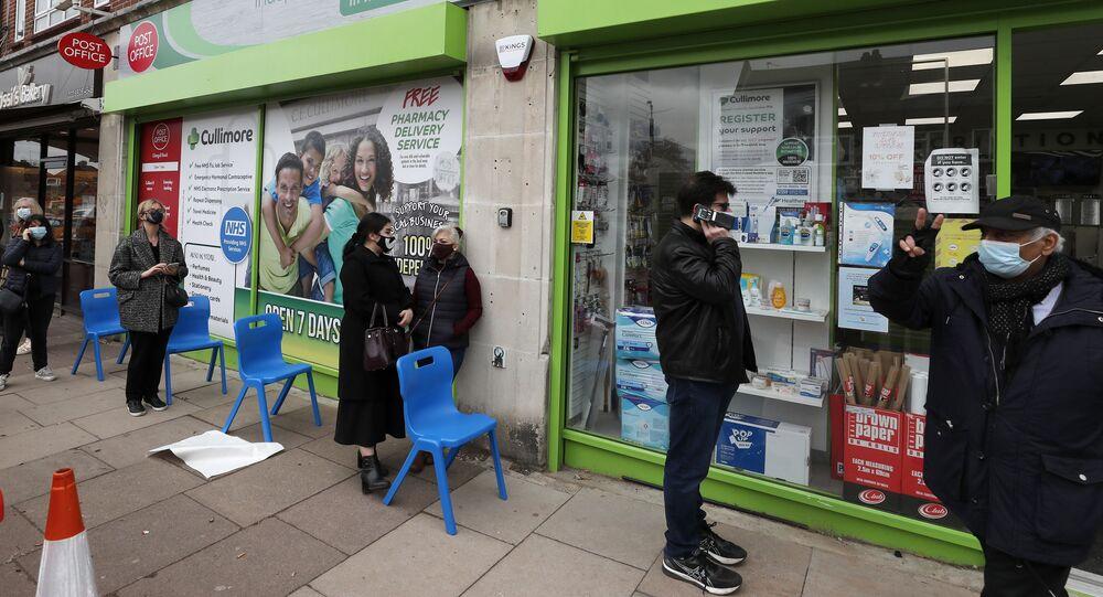 Em Londres, pessoas fazem fila para tomar a vacina da AstraZeneca contra a COVID-19, em 16 de março de 2021