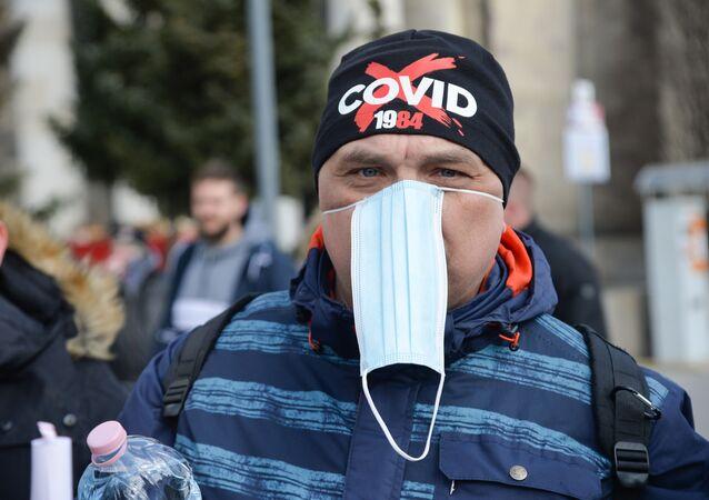 Em Varsóvia, na Polônia, manifestantes protestam contra o lockdown nacional e outras restrições sociais em meio à pandemia da COVID-19, em 20 de março de 2021