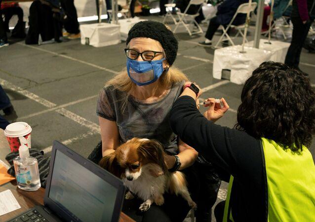 Mulher recebe dose de vacina contra o coronavírus em Seattle, nos EUA