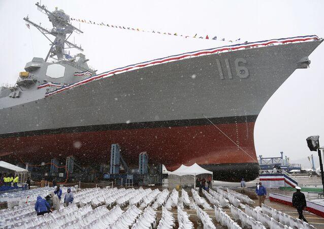 Em Bath, no estado norte-americano de Maine, o futuro destróier USS Thomas Hudner é preparado antes de ser batizado e comissionado, em 1º de abril de 2017