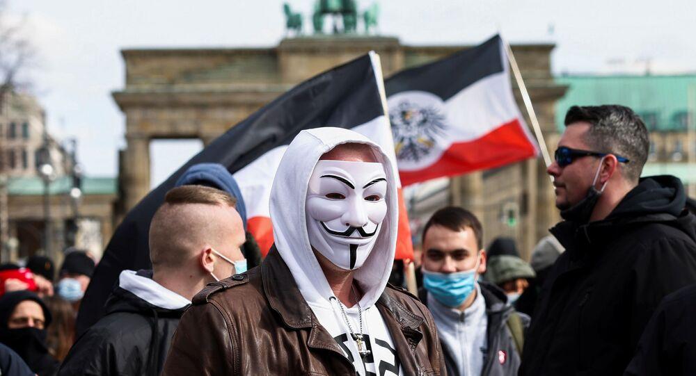 Em Berlim, um manifestante de máscara participa de um protesto contra o lockdown na Alemanha em meio à pandemia da COVID-19, em 20 de março de 2021