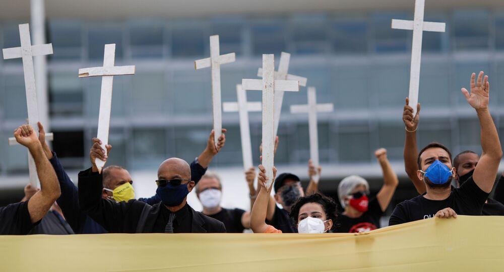 Protesto em Brasília contra o presidente Jair Bolsonaro e gestão da pandemia do coronavírus no Brasil,