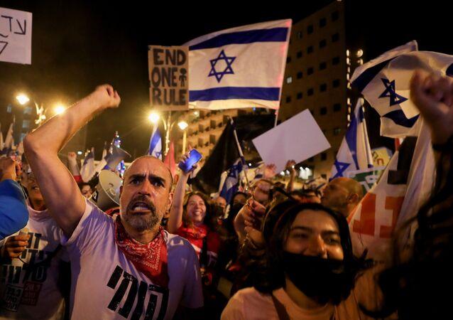 Manifestantes protestam contra Benjamin Netanyahu em Jerusalém, a três dias das eleições gerais no país