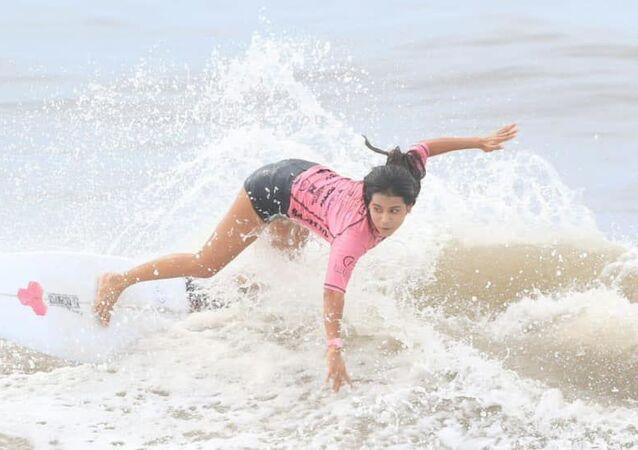 A surfista salvadorenha Katherine Díaz