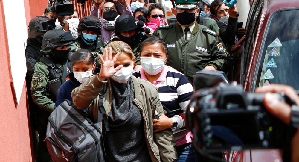 Jeanine Áñez, ex-presidente interina da Bolívia, chega a uma prisão feminina após deixar a sede da Força Especial de Combate ao Crime, em La Paz, Bolívia, em 15 de março de 2021
