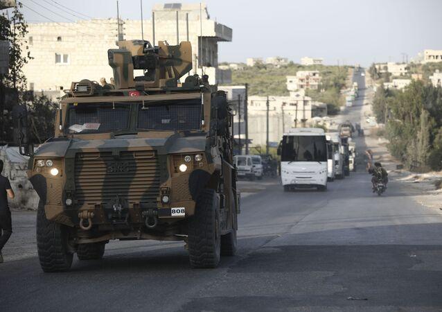 Comboio militar da Turquia atravessa a vila de Urum Al-Jawz, na província de Idlib, Síria, 20 de outubro de 2020