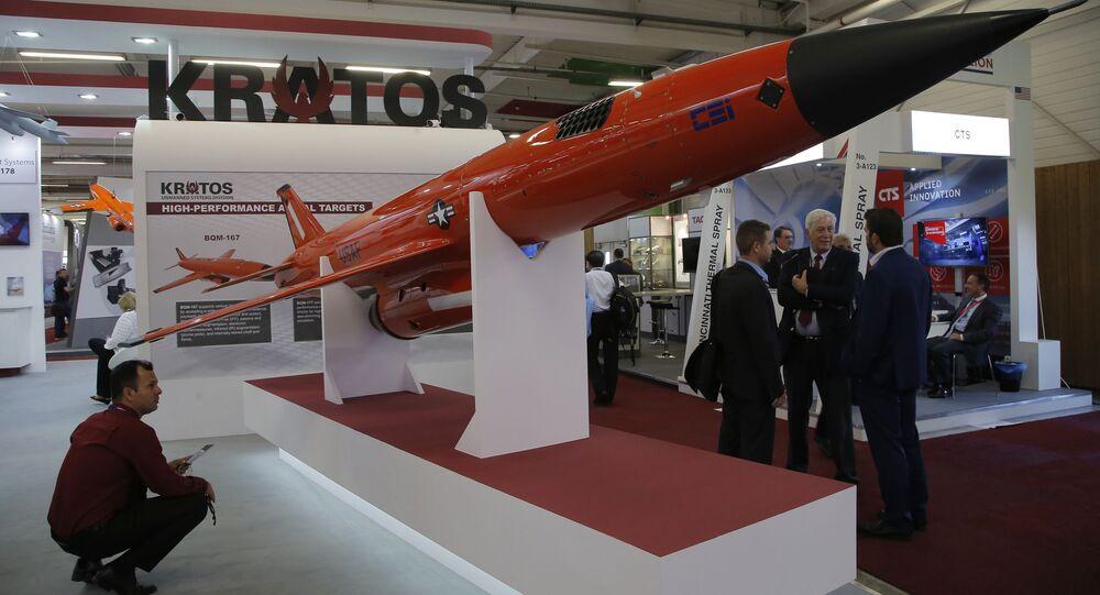 Drone Alvo BQM-177A construído pela empresa estadunidense Kratos, apresentado no show aéreo em Paris