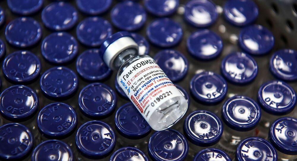 Em Karaganda, no Cazaquistão, um frasco a vacina russa Sputnik V contra a COVID-19 é exibido em meio à produção do imunizante em um complexo farmacêutico, em 2 de março de 2021