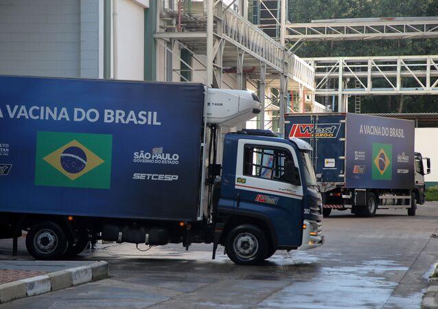 Em São Paulo, Brasil, caminhões com doses da vacina CoronaVac contra a COVID-19 deixam o Instituto Butantan, em 15 de março de 2021