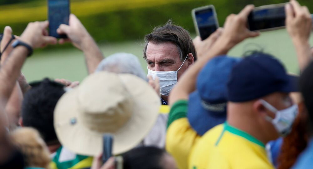 Jair Bolsonaro se encontra com apoiadores no Palácio da Alvorada, em Brasília, por ocasião de seu aniversário de 66 anos