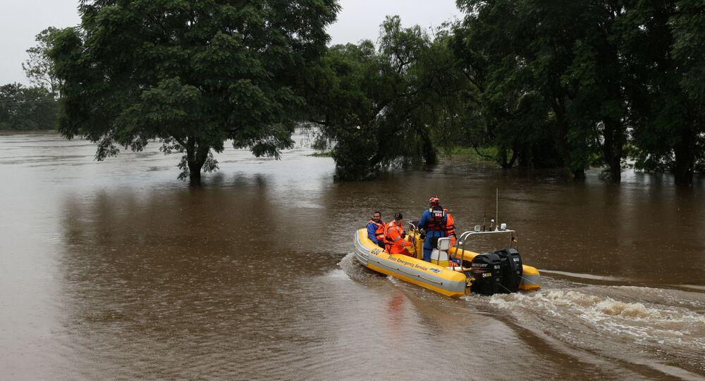 O serviço de emergência de Nova Gales do Sul resgata pessoas ilhadas após inundações no sudeste da Austrália