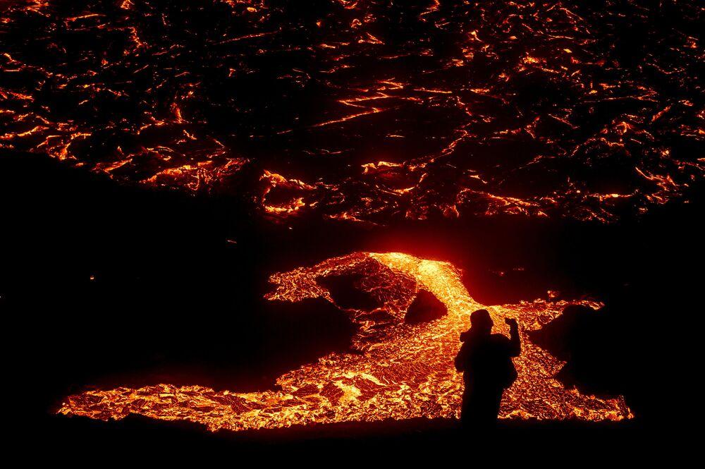Fluxos de lava de vulcão na península de Reykjanes, na Islândia, 21 de março de 2021