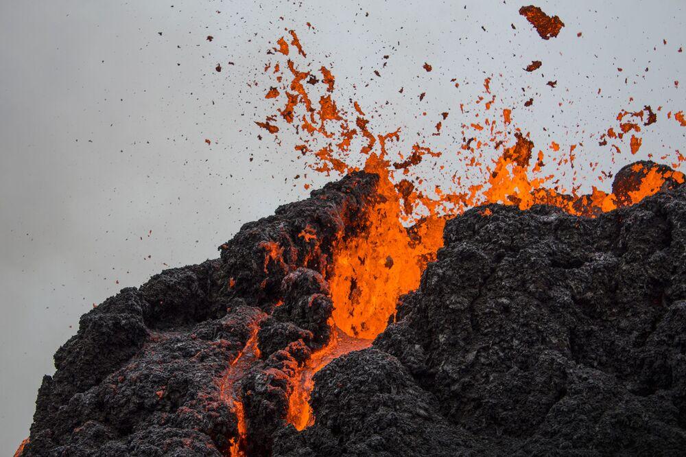 Erupção de vulcão que estava inativo há cerca de seis mil anos na península de Reykjanes, na Islândia, 20 de março de 2021