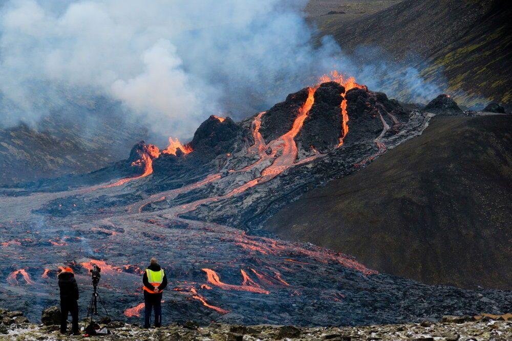Fluxos de lava de vulcão perto de Fagradalsfjall, na península de Reykjanes, na Islândia, 20 de março de 2021